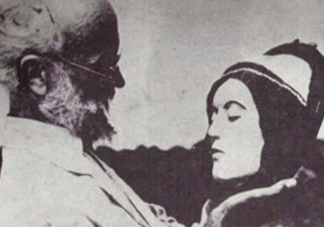 Carl Tanzler with Hoyo's sculpture