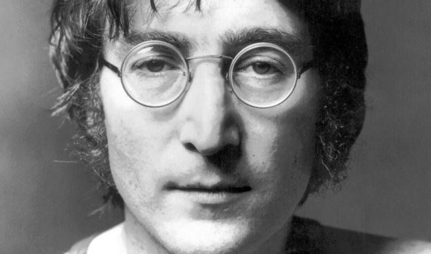 The story of John Lennon's death and his crazy fan behind it