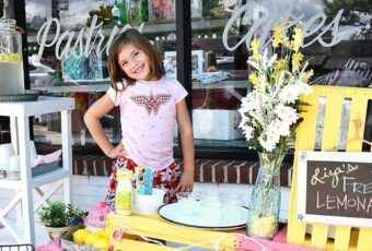 Liza Scott sells lemonade to fund for her brain surgeries
